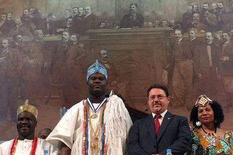 Rei de Ifé, na Nigéria, Ooni Adeyeye Enitan Ogunwusi, o Ojaja ll, é homenageado com a entrega da Medalha Tiradentes na Assembleia Legislativa do Estado do Rio de Janeiro.