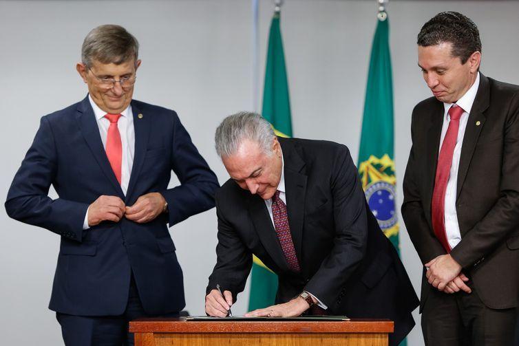 O presidente Michel Temer sanciona lei que institui Dia Nacional da Imigração Chinesa no Brasil. Ao lado, os deputados Darcísio Perondi e Fausto Pnato.