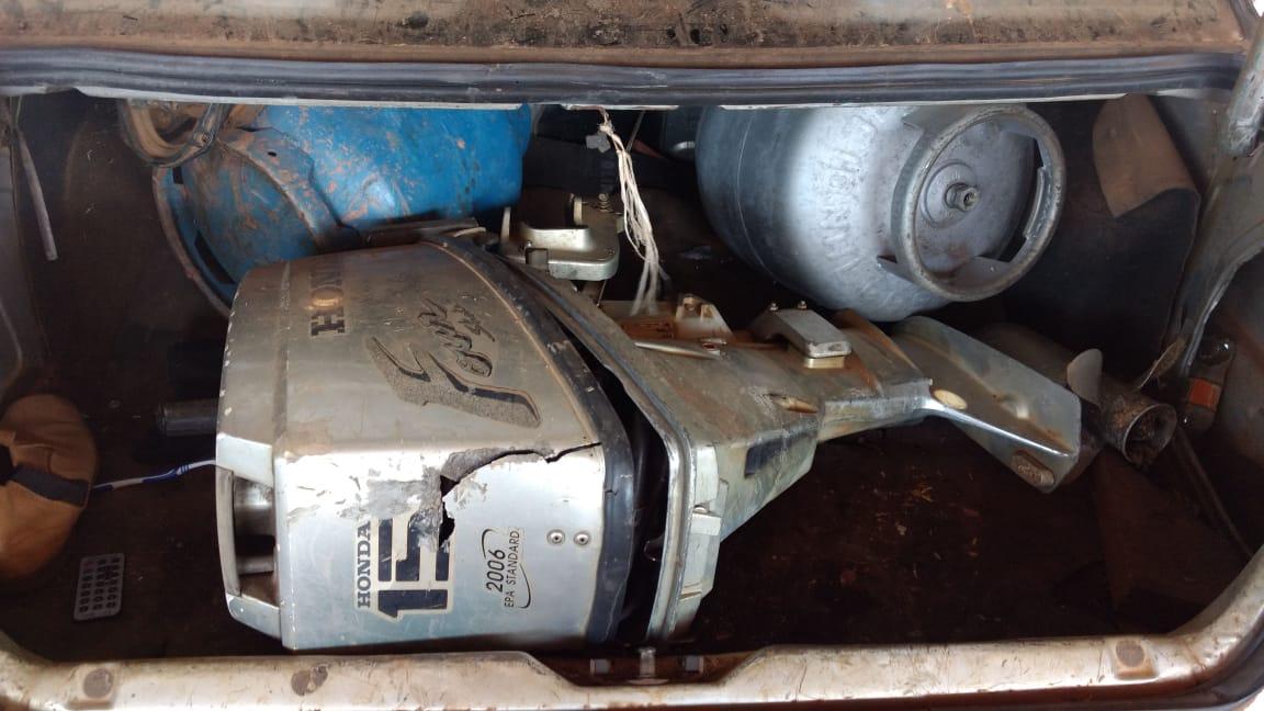 O material roubado na fazenda foi encontrado dentro do veículo em que estavam os suspeitos.