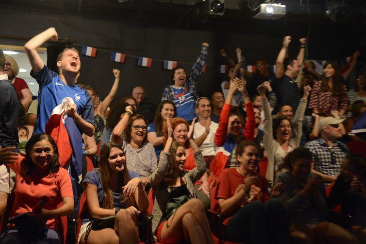 Torcedores franceses se reúnem para assistir a final da Copa do Mundo 2018 em telão, no Rio de Janeiro