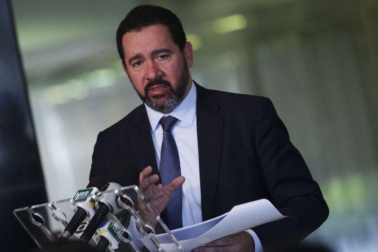 O presidente do BNDES, Dyogo Oliveira, após encontro com o presidente Michel Temer, fala à imprensa no Palácio do Planalto.