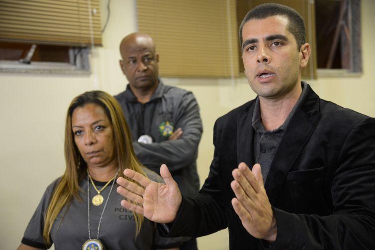 O médico Denis César Barros Furtado, fala à imprensa após ser preso na 16° Delegacia de Polícia, na Barra da Tijuca.