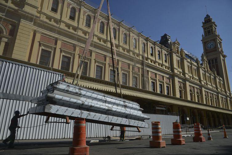 A Secretaria Estadual de Cultura finaliza a restauração do telhado do Museu da Língua Portuguesa e instala estrutura central da cobertura.