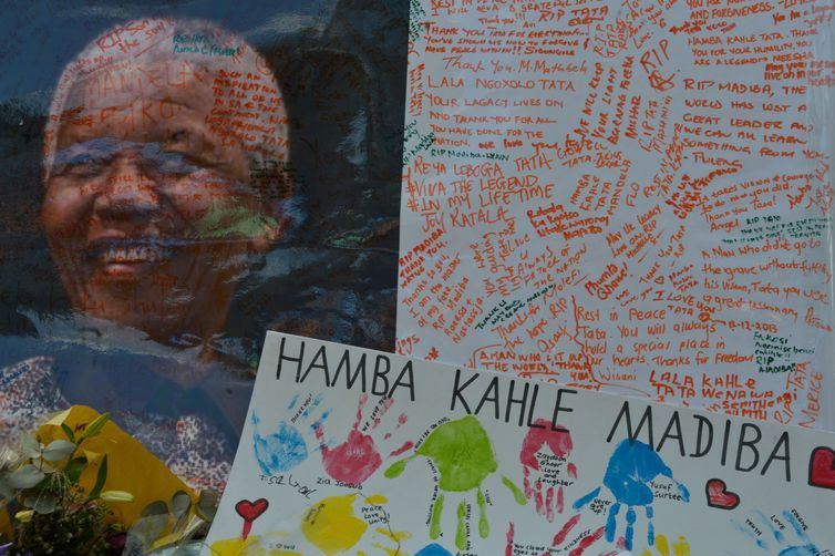 Joanesburgo (África do Sul - 14/12/2013) - Homenagens deixadas na porta da casa do ex-presidente Nelson Mandela, que será enterrado no próximo domingo em sua cidade natal, Qunu (Marcello Casal Jr/Arquivo Agência Brasil)