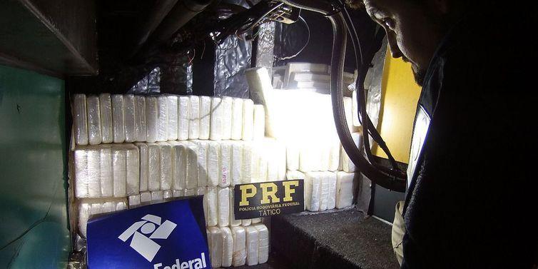 A cocaína estava em um fundo falso do veículo, localizada debaixo do assoalho próximo ao sanitário do ônibus