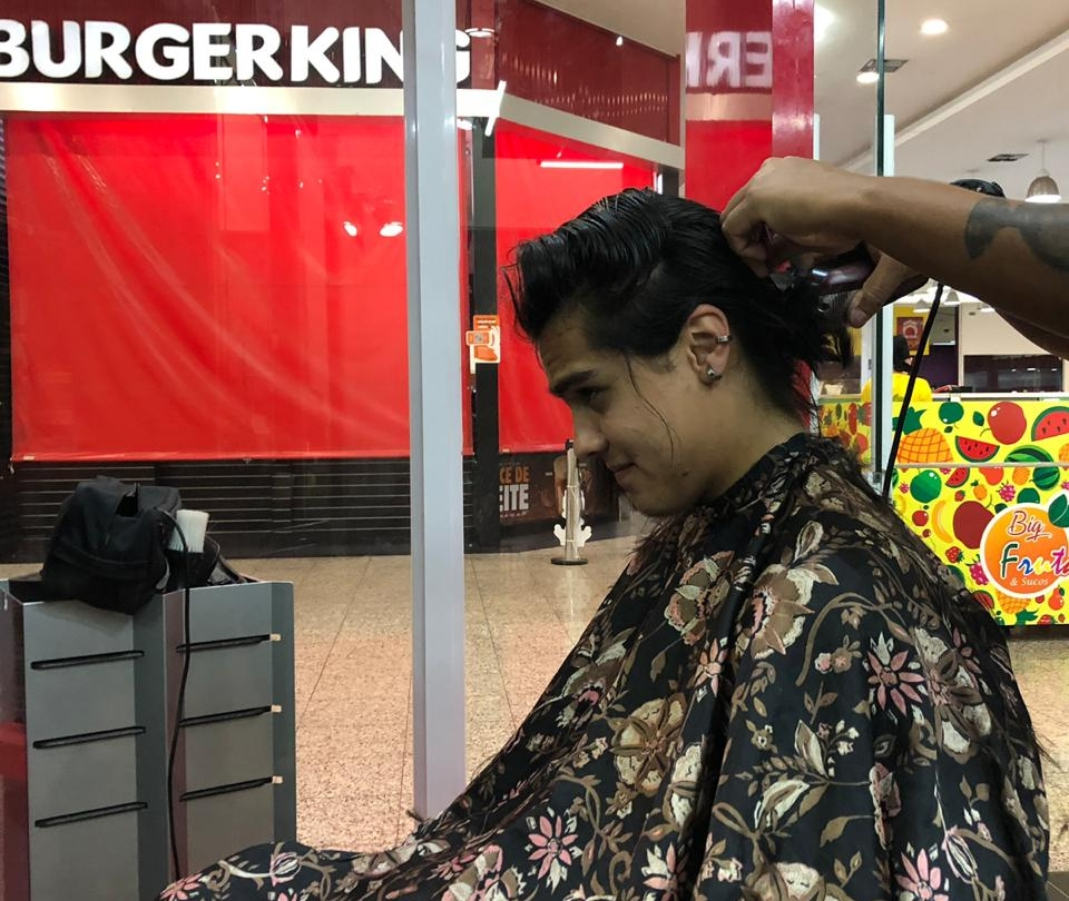 Calouro corta os cabelos e realiza sonho de garotinha com alopecia