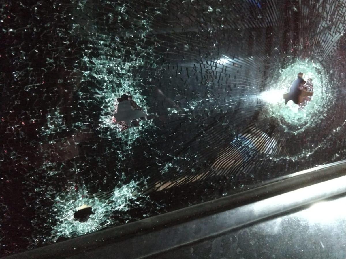 Atiradores abrem fogo contra carro e matam três pessoas