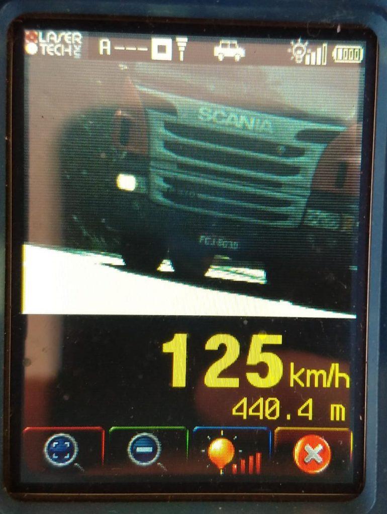 Caminhão é flagrado em alta velocidade na BR-365