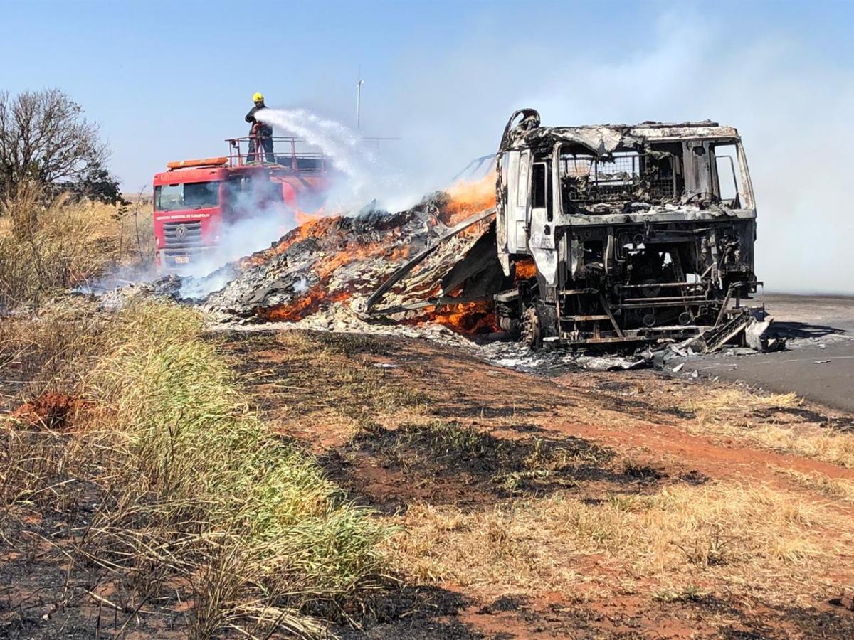 Carreta carregada de MDF pega fogo e interdita BR-153