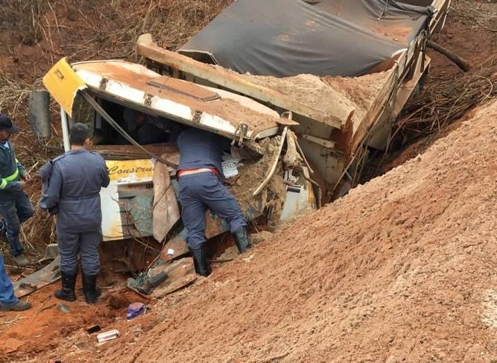 Motorista de caminhão morre em acidente na MG-410 em Presidente Olegário