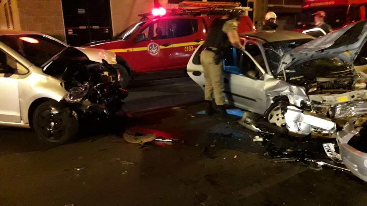 Motoristas ficam feridos após batida no Santa Mônica em Uberlândia