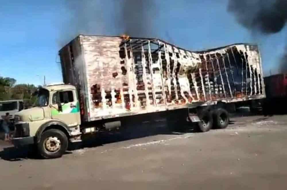 Incêndio destrói veículos em Monte Carmelo