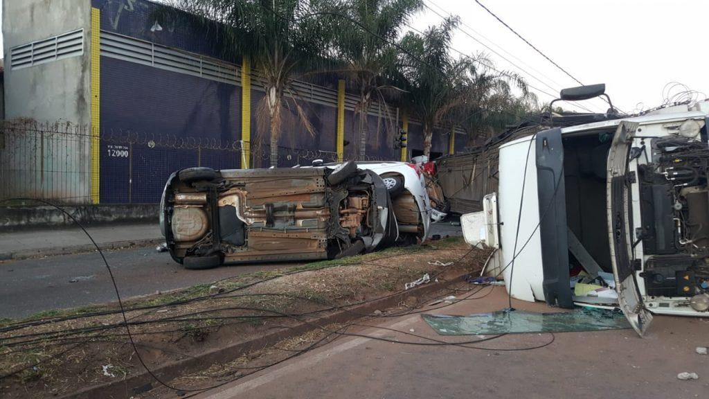 Carreta cegonha tomba e deixa quatro feridos em Contagem