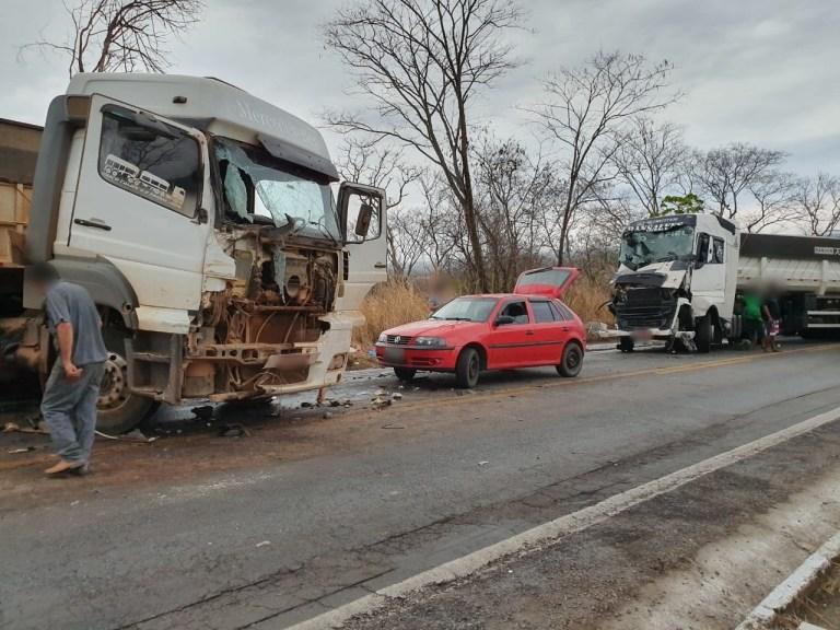 Acidente com três caminhões deixa vítima na MG-410