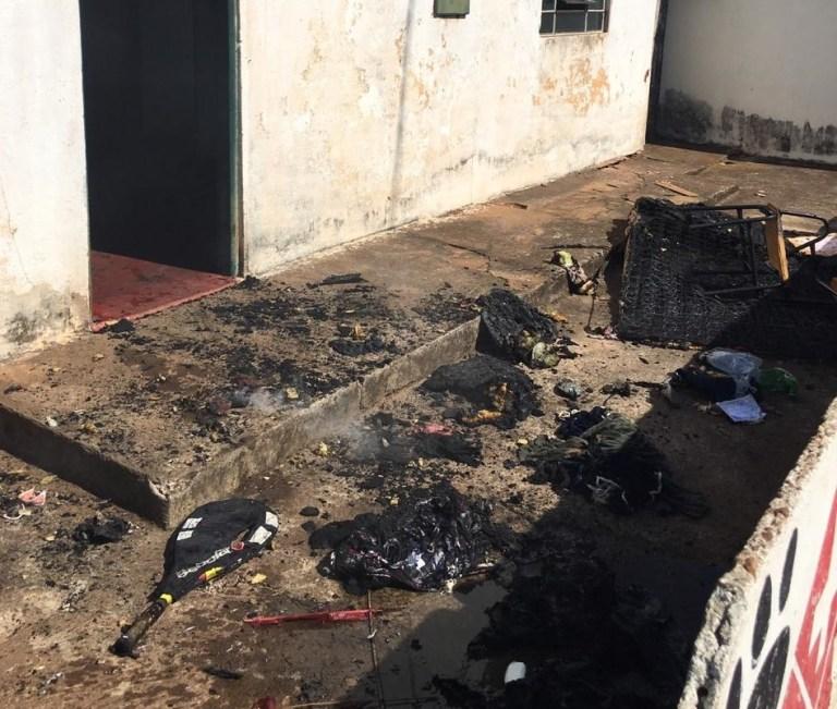 Adolescente acorda em chamas após colocarem fogo em colchão