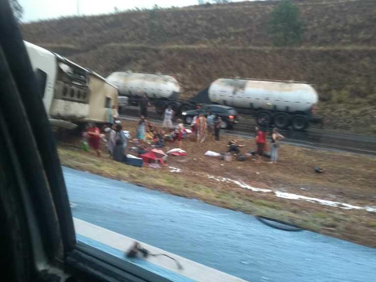 Batida entre carreta e ônibus deixa 28 feridos na BR-040