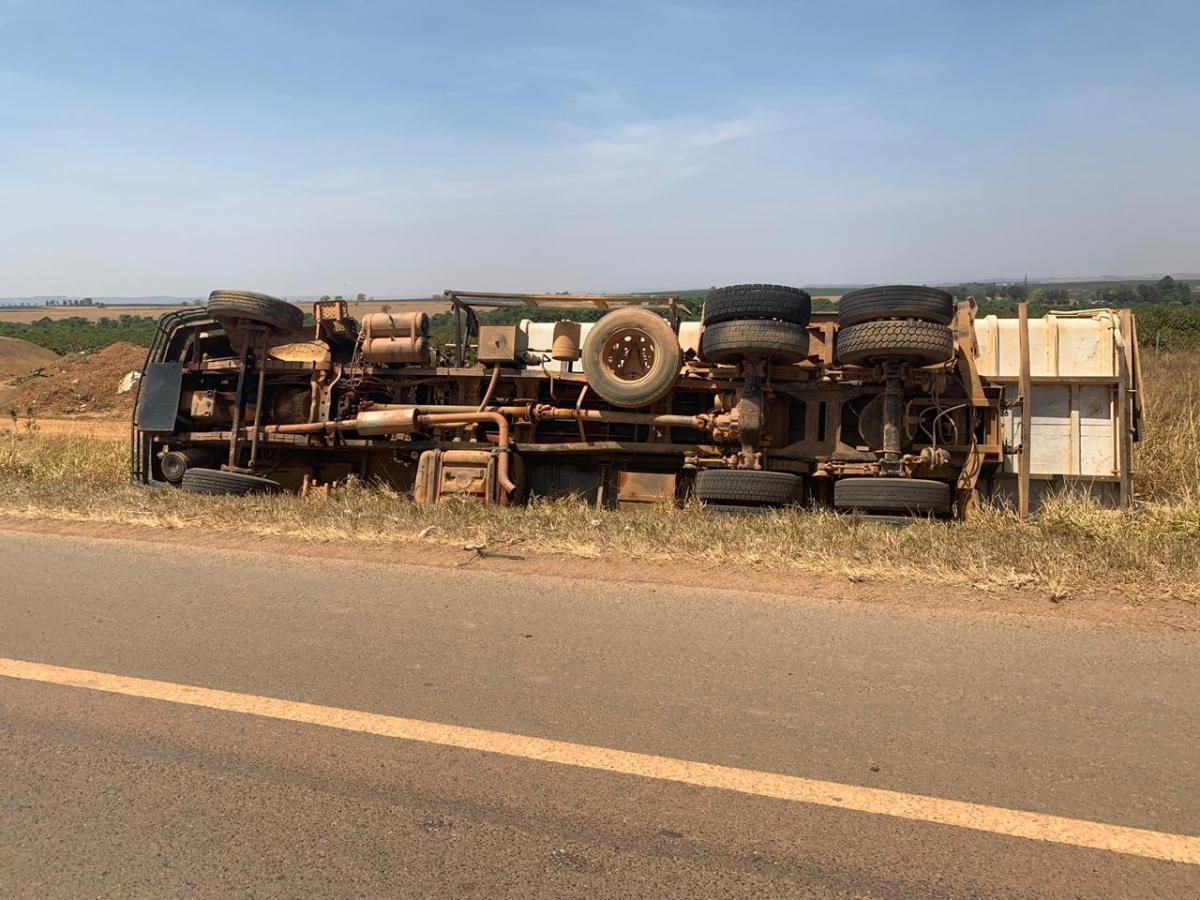 Caminhoneiros saem ilesos de acidente na BR-146