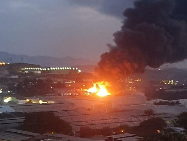 Incêndio de grandes proporções atinge fábrica de tintas em MG