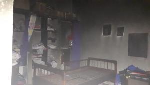 Moradores ficam sem energia, usam vela e casa pega fogo