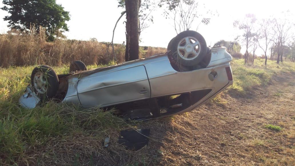 Motorista embriagado capota carro na MGC-352 em Arapuá