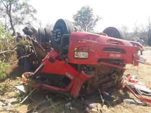 Caminhoneiro embriagado capota carreta e namorada morre na MG-190