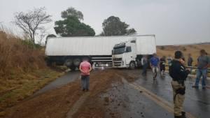 Acidente interdita BR-365 entre Patos de Minas e Varjão de Minas