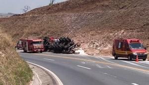 Caminhão não completa curva e tomba na BR-146 em Catiara