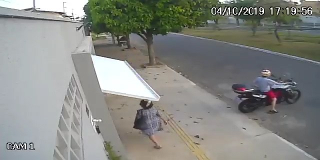 Mulher é sequestrada pelo portão eletrônico; assista