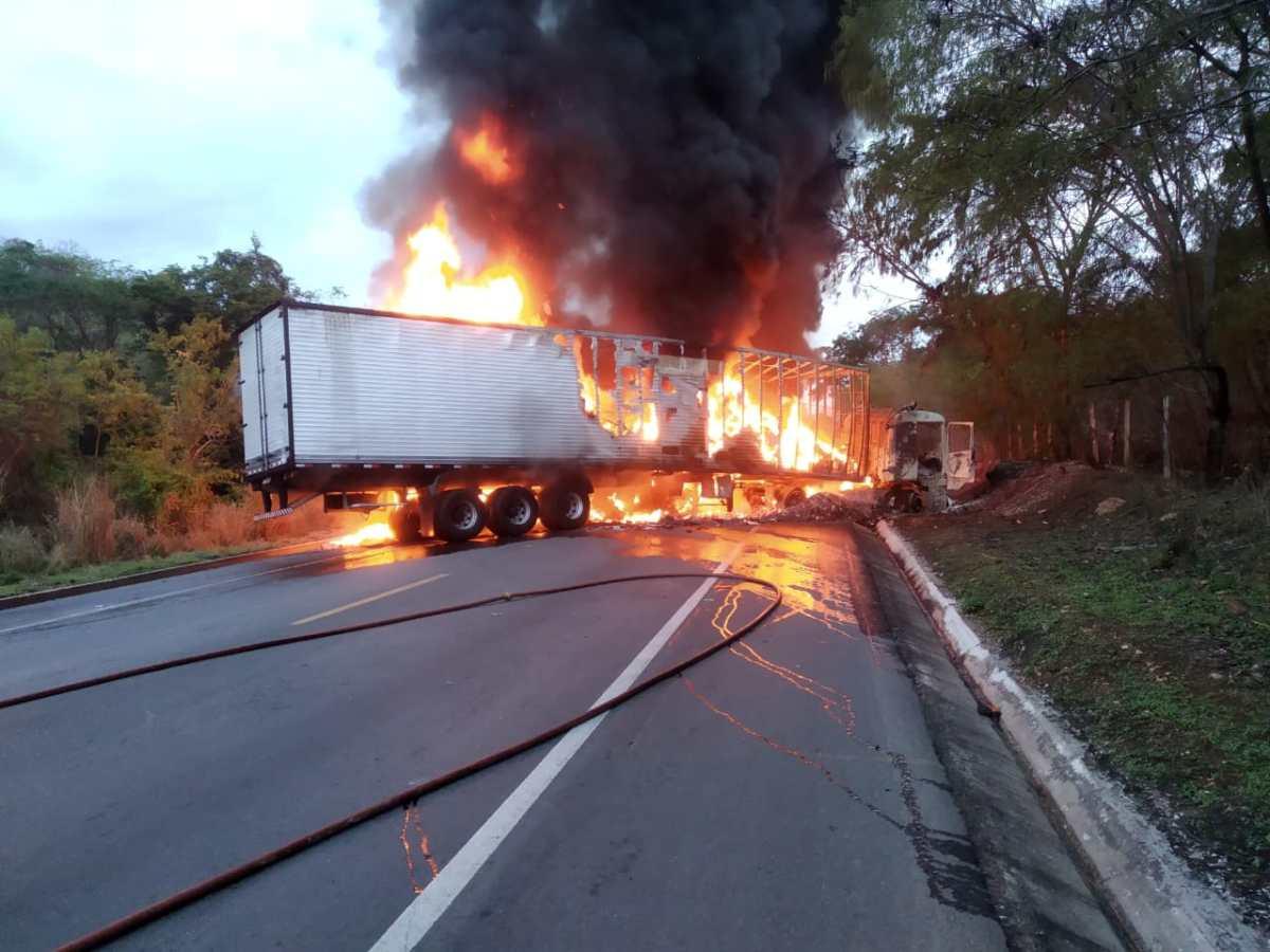 Carretas batem, pegam fogo e motorista morre na BR 251