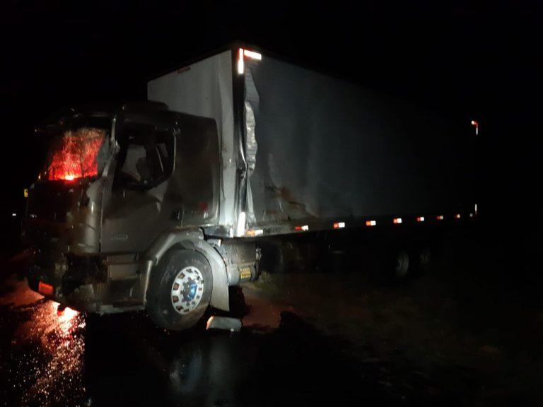 Colisão de caminhões deixa um morto na BR 262