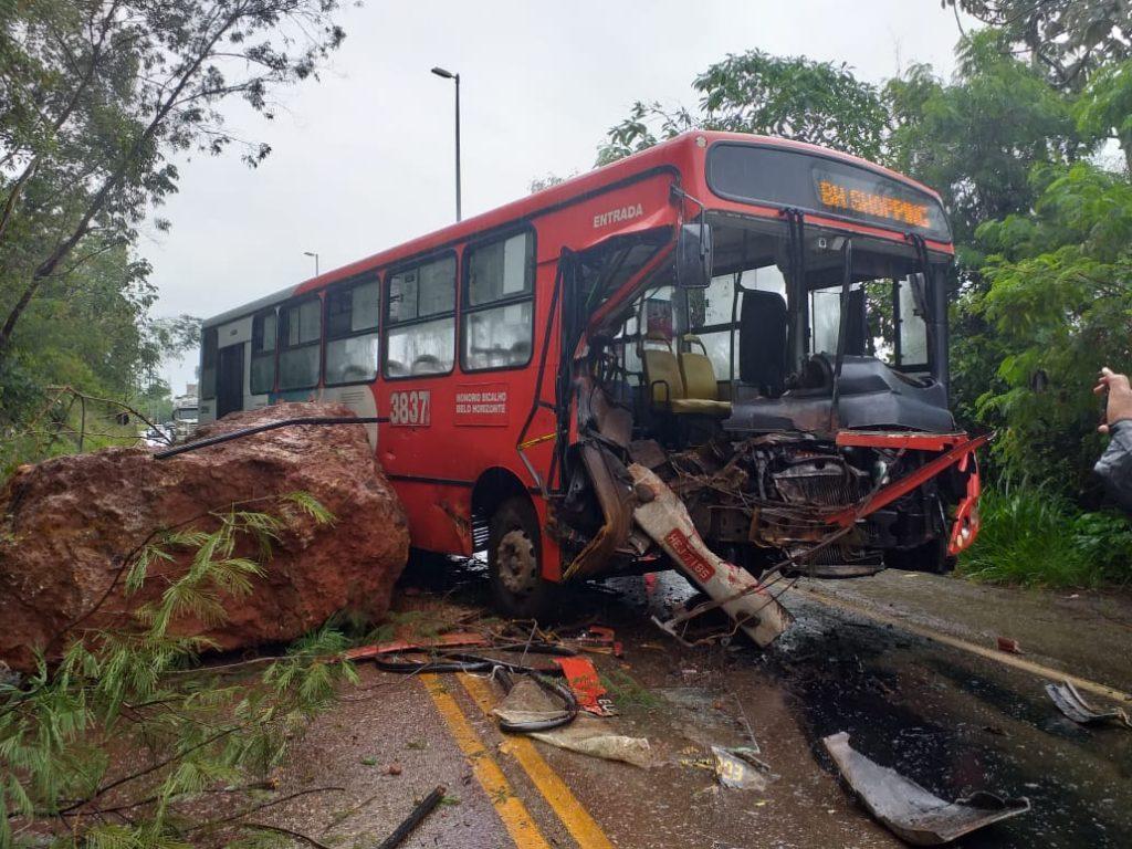 Pedra despenca de barranco e atinge ônibus