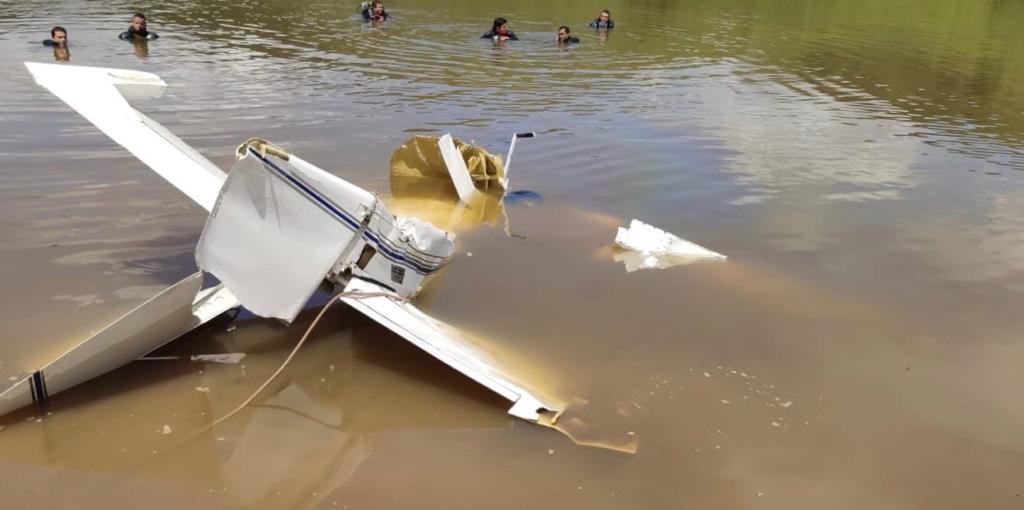 Avião cai em lagoa de fazenda em MG