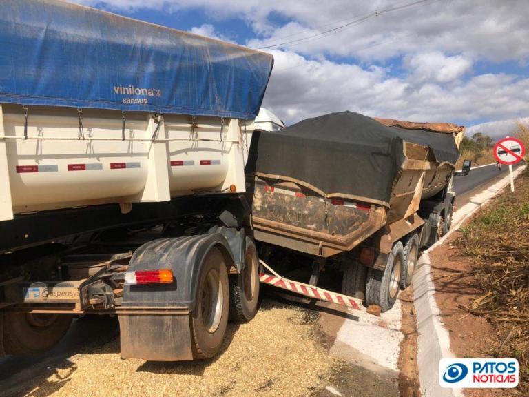 Caminhão volta de ré e atinge cavalo mecânico na MGC 354 (3)
