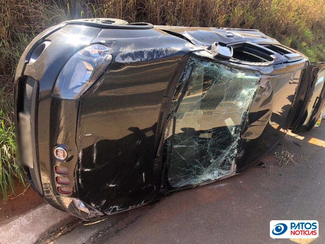 Carro sai da pista e tomba após colisão com caminhão na BR-365