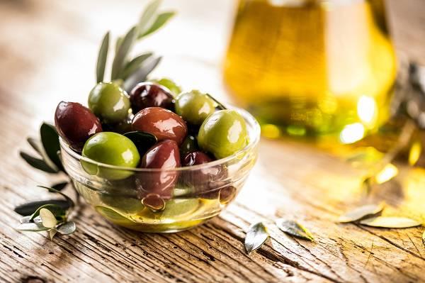 Öle sind ein zweischneidiges Schwert. Sie liefern nicht nur Geschmack & Aroma, sondern können dir auch dabei helfen wertvolle Fette und Vitamine zu tanken. Das Problem ist lediglich, dass viele Öle stark und falsch verarbeitet sind, sowie schlecht gelagert werden. Sie sind zudem auch sehr kalorienreich, weshalb der Einsatz stets sparsam erfolgen sollte. (Bildquelle: Fotolia / karepa)
