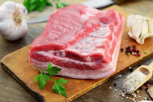 Gesättigtes Fett kommt oft in tierischen Produkten vor und es ist schlechter als sein Ruf. Aber: Je kohlenhydratreicher die Ernährung, umso weniger sollte man davon konsumieren (aber niemals vollständig eliminieren). Selbstverständlich spielt auch die Herkunft (Qualität) eine Rolle bei der Bewertung. (Bildquelle: Fotolia / Printemps)