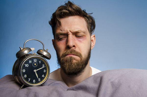 Unabhängig davon, ob du zur Gruppe der Jugendlichen gehörst oder nicht: Sport und körperliche Aktivität könnten bei Schlafproblemen (Ein- und Durchschlafschwierigkeiten) ein nebenwirkungsarmes Mittel zur Lösung deiner Probleme sein.