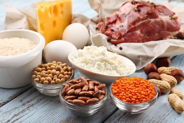 Ein höheres Kaloriendefizit bringt nicht unbedingt die besseren Ergebnisse. Im Gegenteil: Du risikierst wertvolle Muskelmasse. Eine moderate Energieeinschränkung kann in Kombination mit einer proteinreichen Ernährung und Widerstandstraining die Gefahr für Magermasseverluste minimieren. (Bildquelle: depositphotos /belchonock)