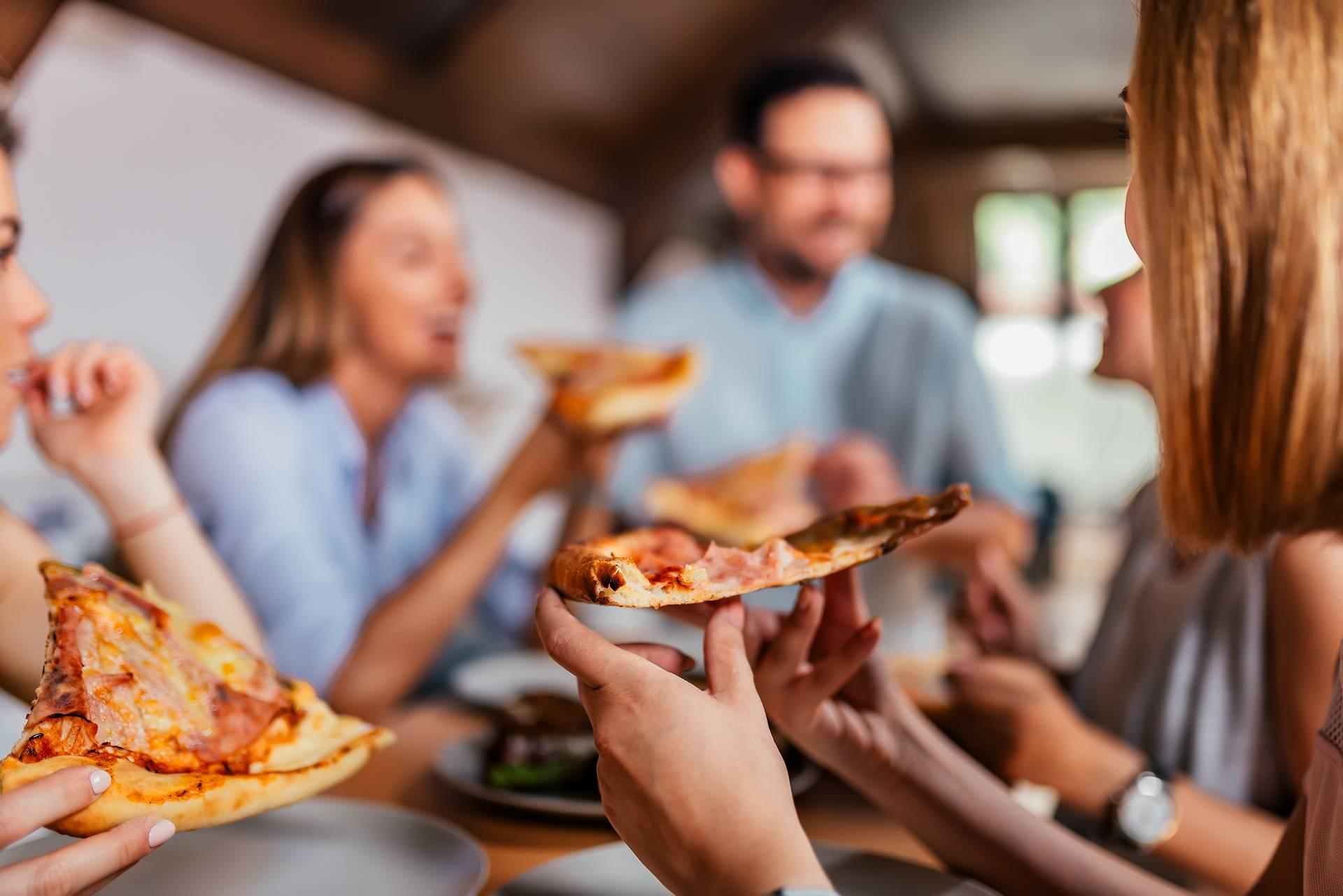 Soziale Erleichterung: Welchen Einfluss hat das Essen in (guter) Gesellschaft auf die Nahrungs- & Kalorienzufuhr?