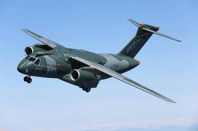 FAB recebe novo avião militar KC-390
