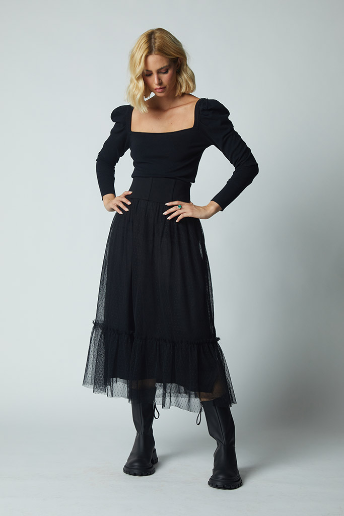 Modelo usando Patricia Azz blusa decote canoa preta