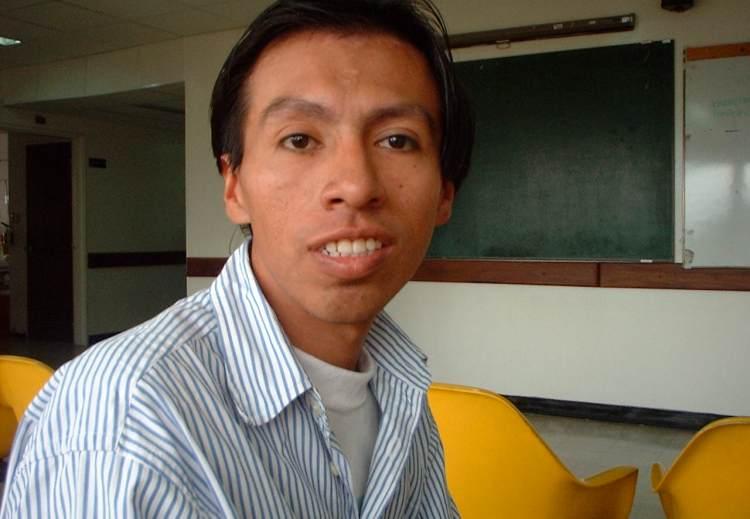 Hombre en la sala de espera en el hospital