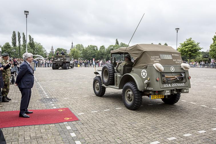 Burgemeester Aptroot verwelkomt de veteranen op het Veteranenplein in Zoetermeer