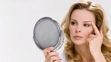 foto da web mulher se olhando no espelho2 - Acredite, Você É Bonita!