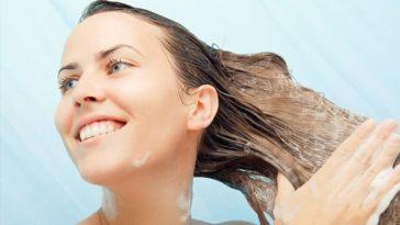 mulher lavando cabelo1 - Você cuida do pH do seu xampu?
