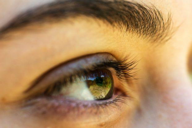 iStock 637523980 621x414 - Você usa algum creme para bolsa nos olhos?