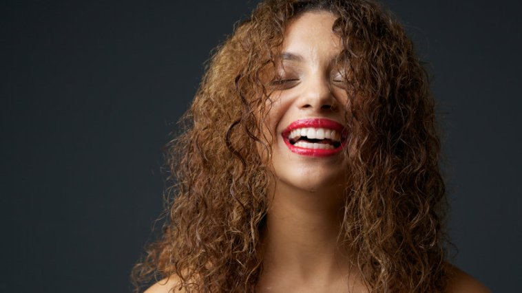 iStock 000034060302 Small - Tipos de cabelos cacheados: o guia completo