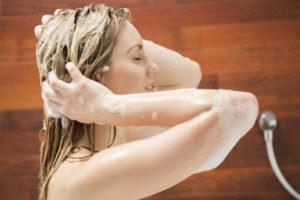 Beautiful woman washing her hair 000063809299 Medium 1 300x200 - Gel de linhaça em alta para finalizar penteados