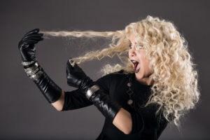 curly hairstyle blonde in black woman hairs loss coloring problem 000035603592 Small 300x200 - Gel de linhaça em alta para finalizar penteados