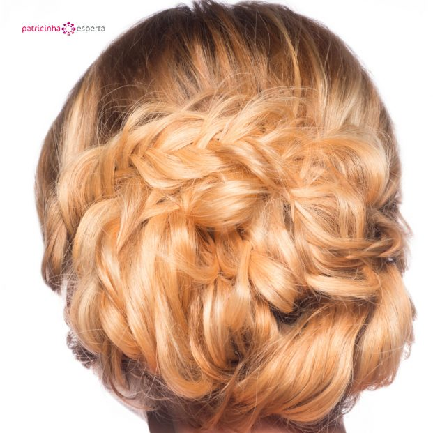 blond with stylish hairdo picture id495244854 621x621 - Penteados Para Madrinhas De Casamento 2017